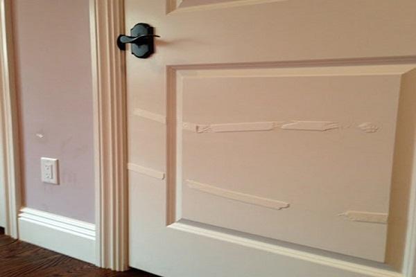 Cách tẩy băng keo dính cửa gỗ